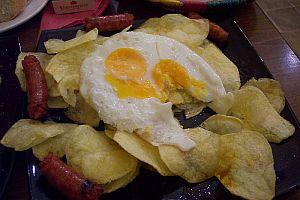 Huevos rotos con chistorra y patatas